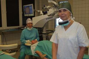 Vpredu doktorka Baráková z Prahy, pri pacientovi je doktorka Kutnárová z Nitry.