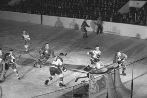 New York Rangers verzus Toronto, 60. roky. S číslom 5 Larry Cahan, syn slovenských prisťahovalcov.