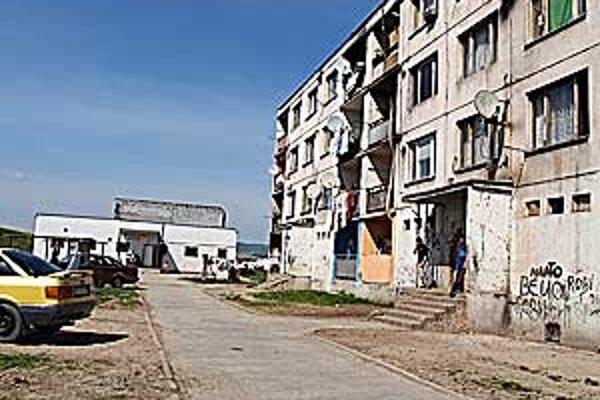 Podľa poslanca Jána Farkaša sú podmienky v bytoch na Dúžavskej ceste katastrofálne.