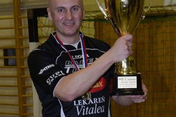 Vedúci majstrovského Zedníček Teamu a organizátor 10. ročníka Balex Trade Futsal ligy Stanislav Villányi s víťaznou trofejou.