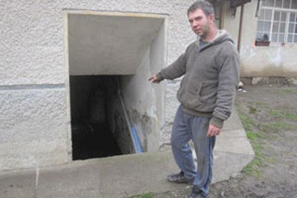 Kristián Vámoš z obce Muľe čerpá vodu z pivnice každé tri hodiny.