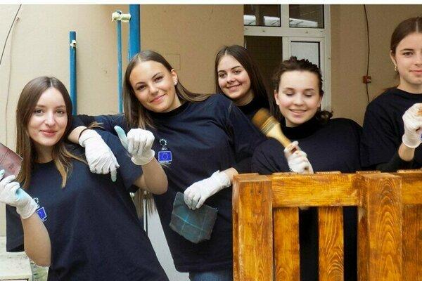 V novovznikajúcej komunitnej kaviarni pomáhali aj zahraniční študenti.