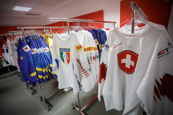 Sklad hokejových dresov na štadióne.