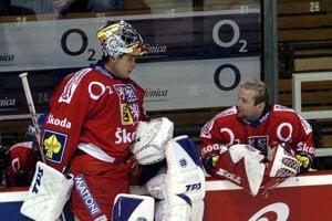 Adam Svoboda (vpravo) sa rozpráva s Romanom Čechmánkom počas prípravného hokejového zápasu medzi Českom a Slovenskom 13. apríla 2007 v Brne.