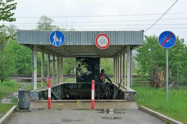 Cyklisti môžu podchodom prejsť iba ak pešo popri bicykli.