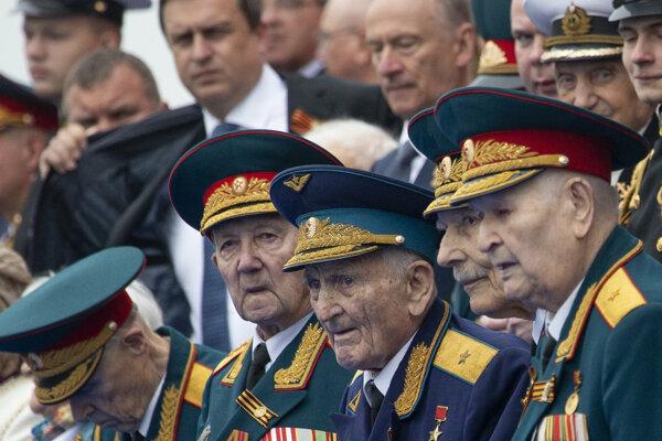 Andrej Danko (vľavo hore) počas prehliadky na Červenom námestí.