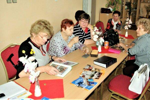 Anna Lukáčová (vľavo) sa spolu s ostatými členkami Denného centra Martin-Záturčie zhodli, že nový spôsob pozývania jubilantov je voči nim neúctivý.