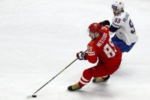 Nikita Nesterov (vľavo) v úniku pred Thomasom Valkväom Olsenom v zápase Ruska proti Nórsku na MS v hokeji 2019.