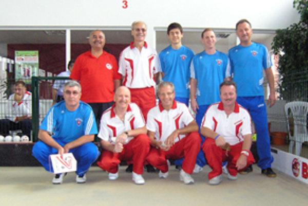 Slovemský tím (v modrom) so súpermi z Rakúska.