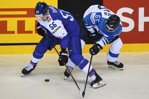 Na snímke slovenský hokejista Marko Daňo (vľavo) a Fín Sakari Manninen (vpravo) bojujú o puk počas zápasu základnej A-skupiny Slovensko - Fínsko na MS v hokeji 2019.