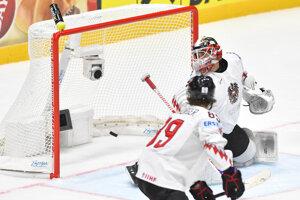 Brankár Bernhard Starkbaum (Rakúsko) inkasuje gól počas ruskej presilovke, prekonal ho Jevgenij Dadonov.