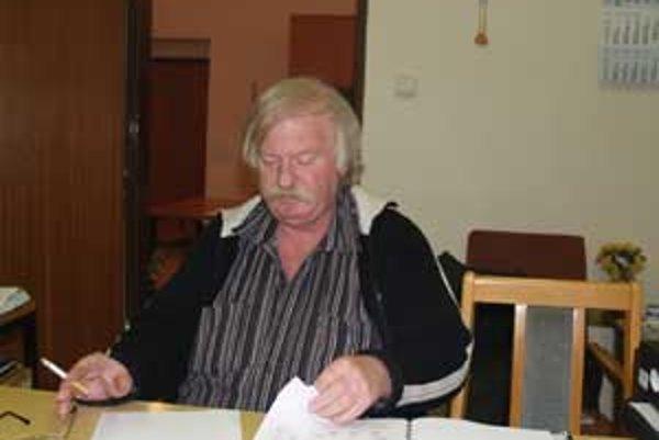 Sarosta Tomášoviec Karol Dovala tvrdí, že csty v obci a v blízkom okolí sú v dezolátnom stave.