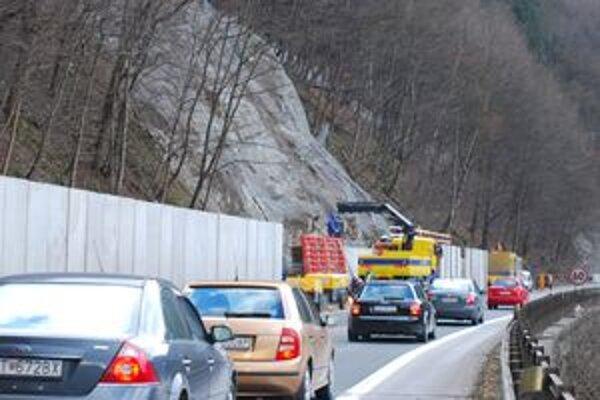 Údržbu ciest, podnikateľská činnosť na cestných komunikáciách a vykonávanie s tým súvisiacich činností zabezpečujú závody zriadené v jednotlivých okresoch.