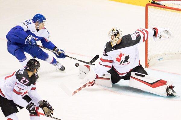 Adam Liška strieľa gól v zápase Slovensko - Kanada na MS v hokeji 2019.