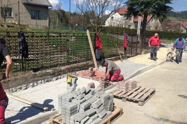 V týchto dňoch pokračuje v časti Závodie výstavba chodníkov.