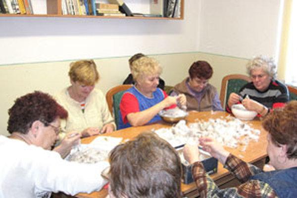 V stredu ženy z Kalinova oprášili tradíciu a v knižnici usporiadali páračky.