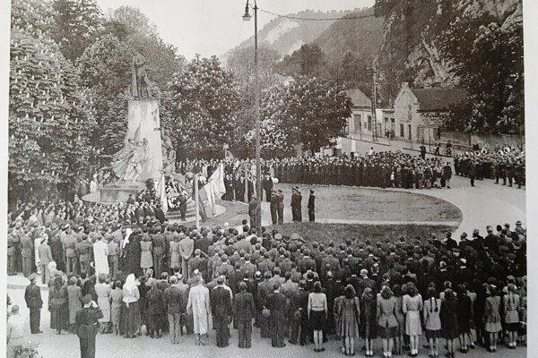 Slávnostné odovzdanie pomníka 4. mája 1946.