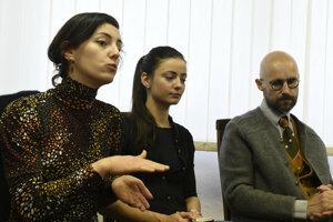 Zľava Zdenka Kvasková (postava On), Iveta Fejková (postava Ona) a režisér Braňo Mazúch.