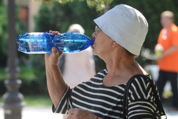 Počas horúcich dní netreba podceňovať pitný režim.
