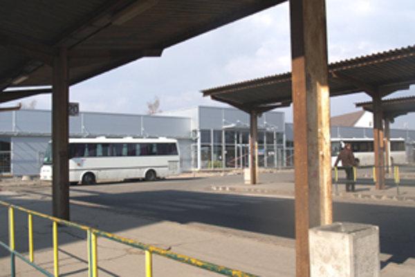 Rekonštrukcia autobusovej stanice v Lučenci by mala byť dokončená v auguste tohto roku.
