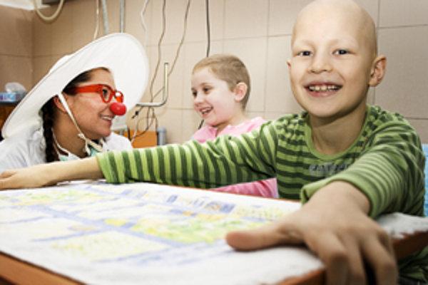 Doktori, klauni z občianskeho združenia Červený nos Clowndoctors, prinášajú pacientom aspoň kúsok radosti.
