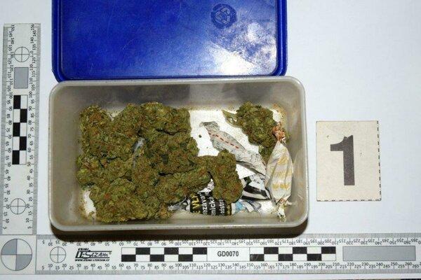Polícia páchateľom zadržala zelenú sušinu.