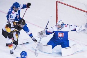 Erik Černák, Marek Čiliak a v strede Yasih Ehliz v zápase Nemecko - Slovensko na MS v hokeji 2019.