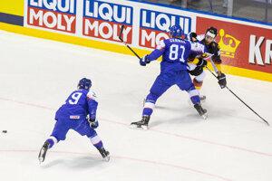 Matúš Sukeľ a Erik Černák v zápase Nemecko - Slovensko na MS v hokeji 2019.