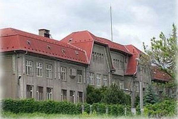 Predaj hnúšťanskej nemocnice pre rimavskosobotskú spoločnosť Aluna schválili hnúšťanskí poslanci v roku 2006 za sumu približne 37 miliónov slovenských korún.