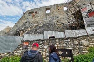 Horolezci sú atrakciou pre turistov.
