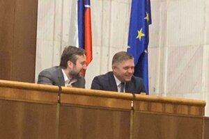Šéf Smeru Robert Fico namiesto dištancovania sa od Ľuboša Blahu za to, že Európsku úniu nazval spolkom lúzrov si k nemu prisadol a družne sa obidvaja bavili.