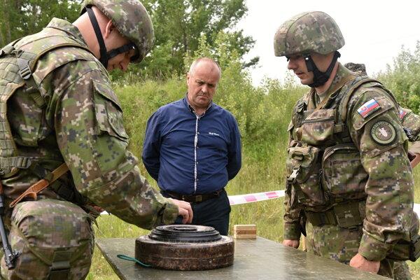 Na snímke uprostred minister obrany Peter Gajdoš počas kontroly výcviku príslušníkov aktívnych záloh na cvičisku Váh Ženijného práporu  23. mája 2017 v Seredi.