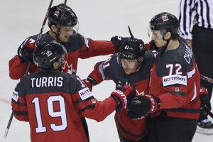 Hráči Kanady sa radujú po úvodnom góle.