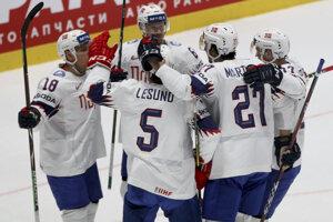 Nórski hokejisti sa radujú po úvodnom góle.