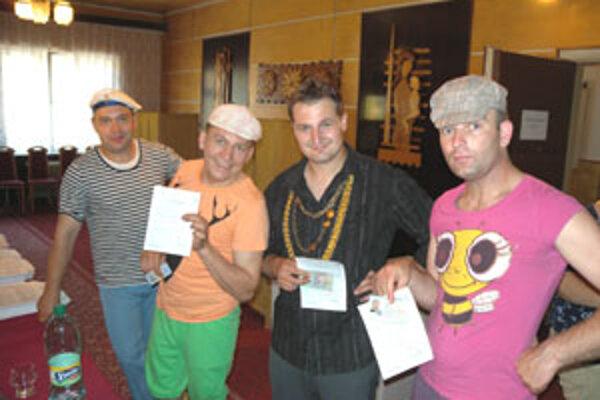 V obci Mýtna odvolila aj východniarska kapela Ščamba v bláznivých kostýmoch.
