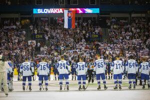 Slovenskí hokejisti pri hymne.