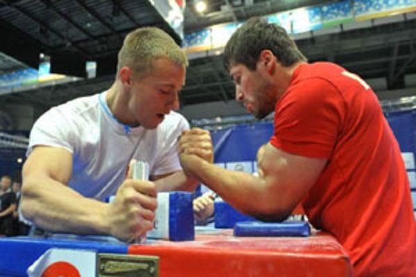 Armwrestling je náročný šport.