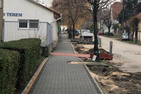 Obnova chodníkov v Komárne.