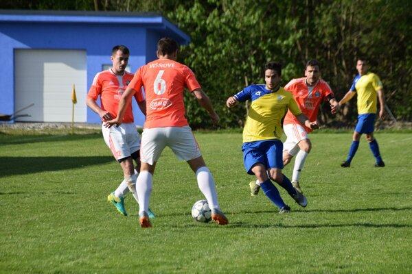 Višňové (v oranžových dresoch) v súboji so Skalitým nepotvrdilo svoje tabuľkové postavenie a prehralo 1:3.