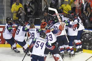 Veľká Británia sa raduje z víťazstva nad Francúzskom na MS v hokeji 2019.