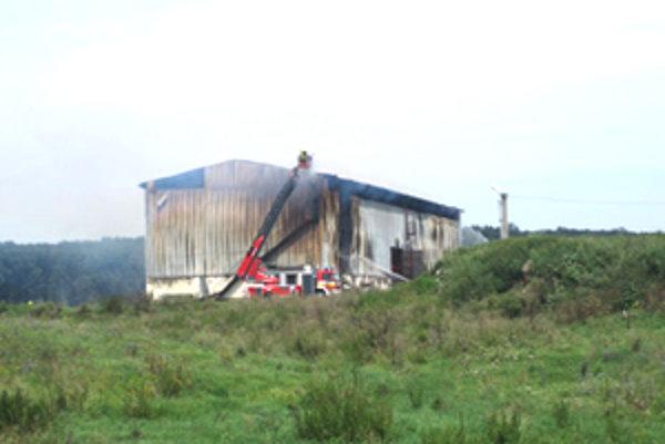 Senník, ktorý horel v Bottove 17. augusta, sa hasičom nepodarilo uhasiť ani za dvadsaťštyri hodín.
