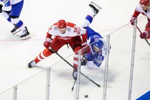 Tomáš Tatar v súboji s dánskym hráčom na MS v hokeji 2019.