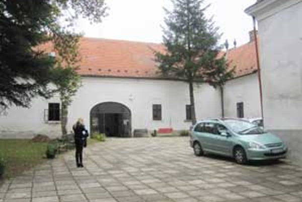 V kaštieli sa nachádza stála expozícia spisovateľa a dramatika Imreho Madácha.