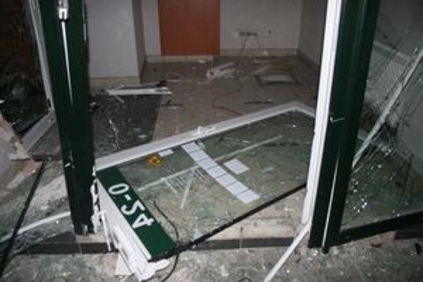 Zlodeji bankomat vytrhli za pomoci kovovej reťaze, naložili ho do auta a zmizli.