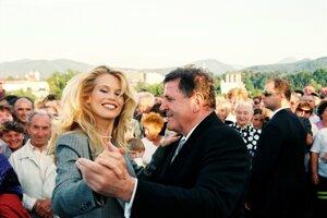 Pred voľbami v roku 1998 Vladimír Mečiar si pri otváraní dialničného úseku pri Ilave tancoval s topmodelkou Claudiou Schifferovou. Nepomohlo mu to. Vyhral síce voľby, ale vládu už nezostavoval.