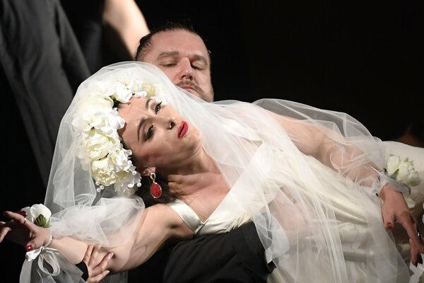 Opera vznilkla pod taktovkou režiséra Romana Poláka a dirigenta Ondreja Olosa.