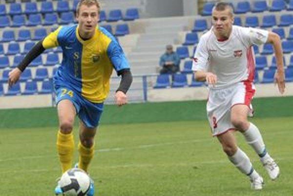 Michal Obročník (vpravo) počas minulotýždňového zápasu v Michalovciach.