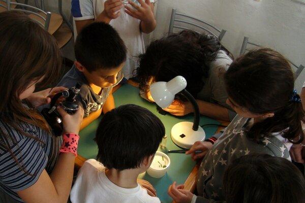 Deti si budú môcť vyskúšať prácu vedcov.