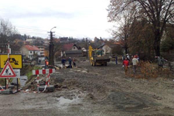 Na námestí sa mení asfalt, dláždia sa chodníky.
