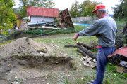 Hrob vykopali hneď za domom, obete zaliali najprv betónom.